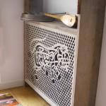 Het radiatorpaneel met de naam van de opdrachtgever in 13e eeuwse kaligrafie