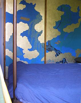 Deze kastdeuren met Japanse decoratie verdekken een kledingkast van vloer tot plafond